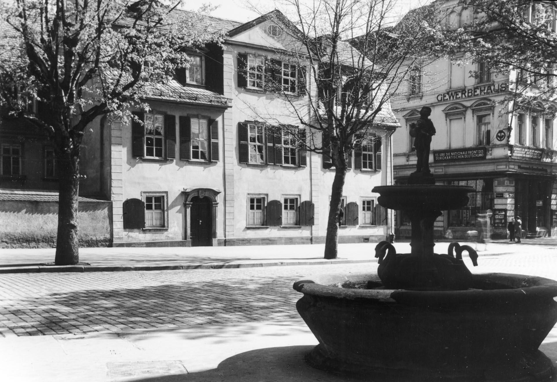 Schillerhaus mit Gänsemännchenbrunnen