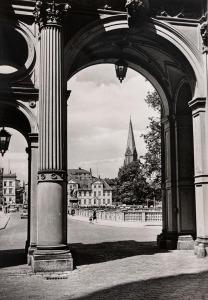 Blick vom Schloßeingang zum Dom