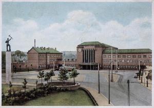 Hauptbahnhof mit dem Denkmal der Arbeit
